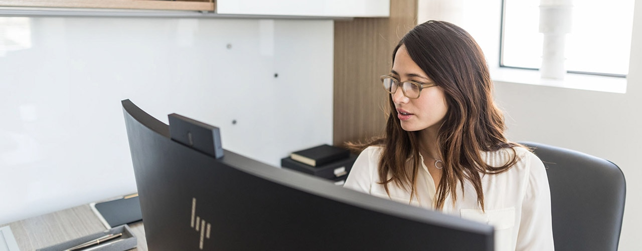 Business woman in an office using an HP EliteOne 1000 All-in-One