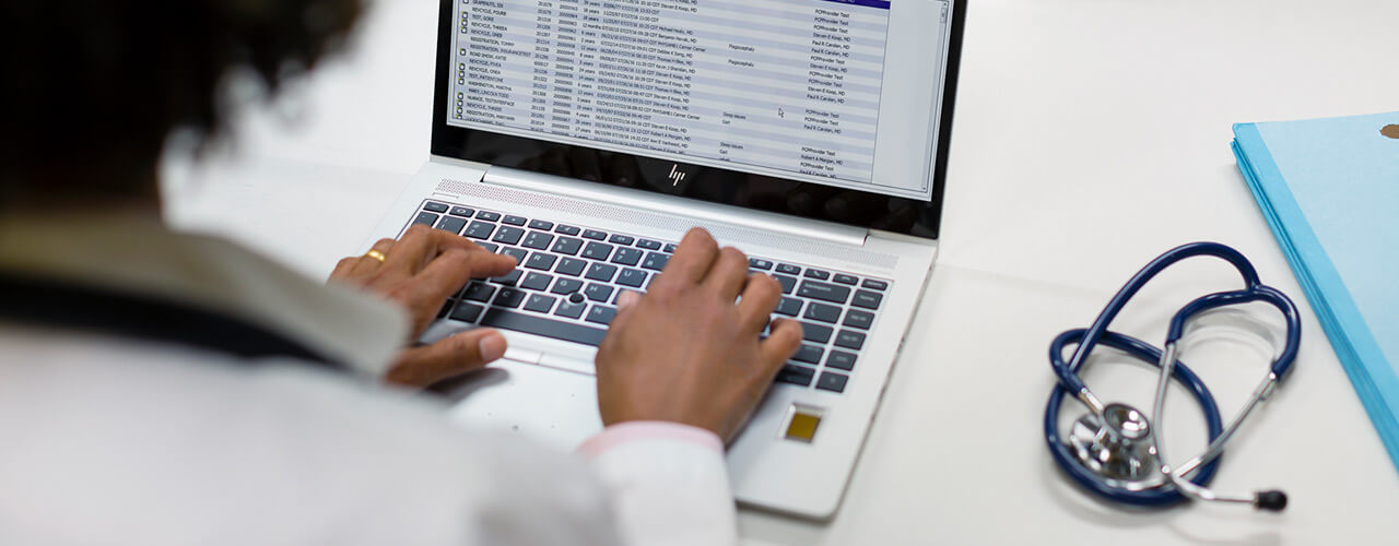 Doctor using the HP EliteBook 840 Healthcare Notebook