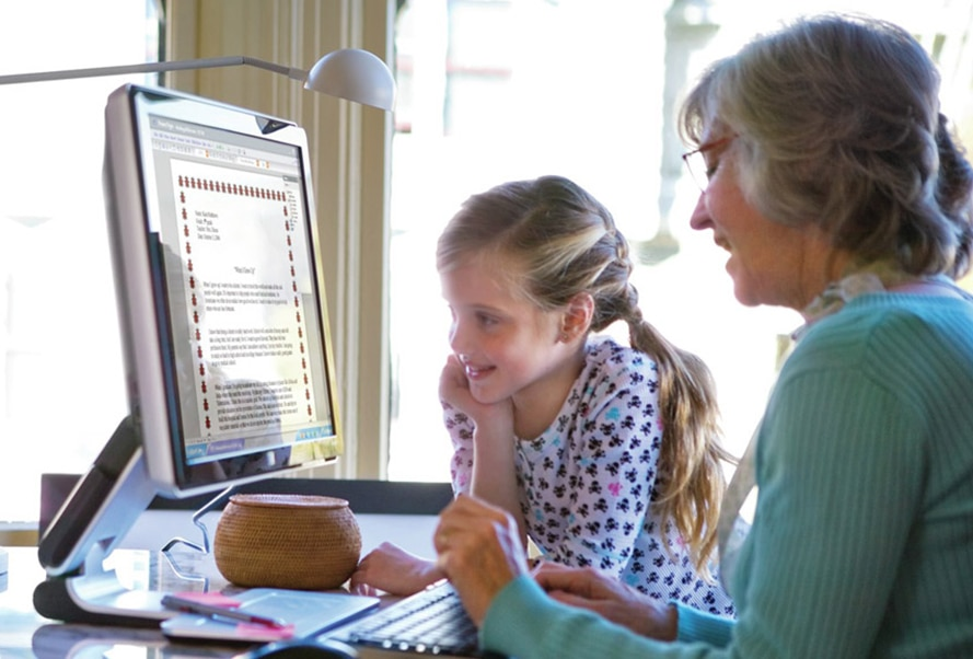 image of grandma and granddaugher using an HP computer